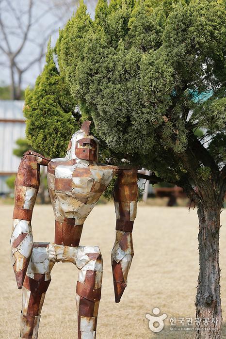 먹고 버려진 캔이 모여 예술품으로 재탄생한 로봇