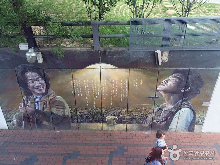 김광석이 콘서트장에서 공연하는 모습을 담은 벽화