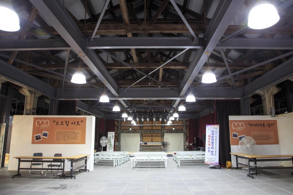 일제강점기에 지은 콘크리트 기둥과 목조 천장 골격이 그대로 보존된 서천군 문화예술창작공간