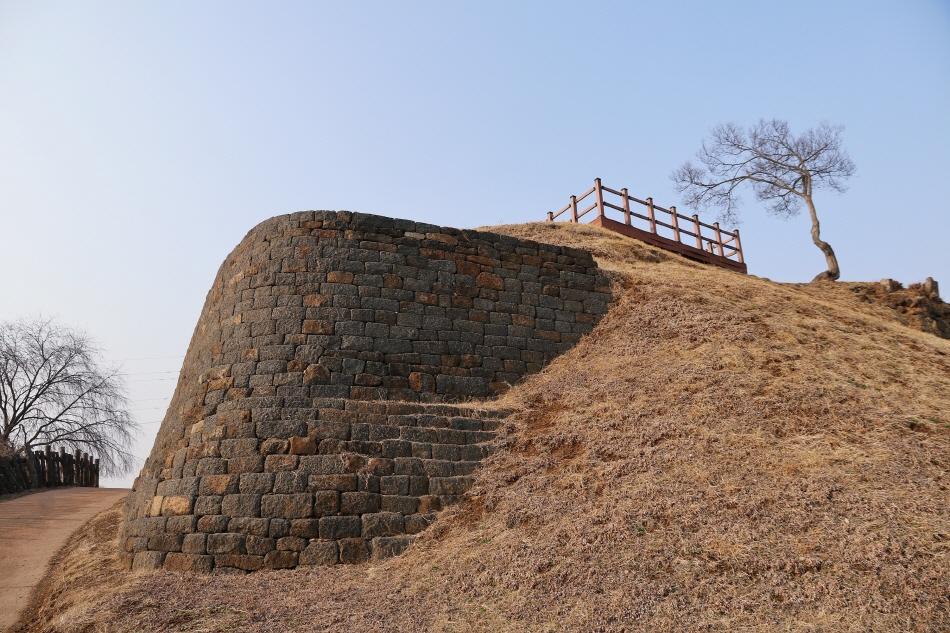 임진강 변에 세워진 당포성. 임진강 주상절리 위에 현무암으로 성을 쌓았다.