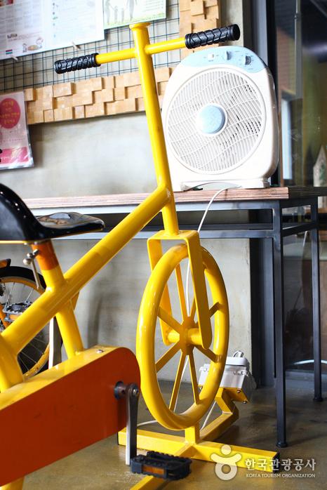 노원에코센터의 선풍기를 돌리는 자전거 발전기