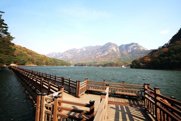 산 속에 솟아나는 우물 같은 호수