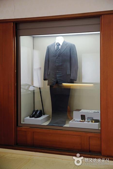 최 전 대통령의 양복과 구두, 지팡이