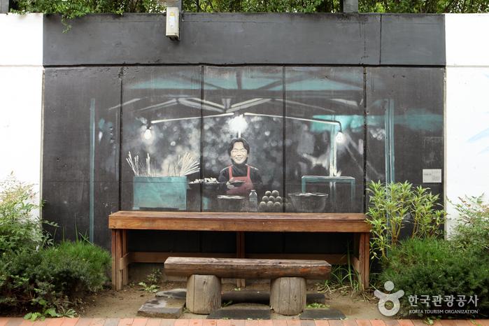 포장마차에서 앞치마를 두르고 있는 김광석 벽화