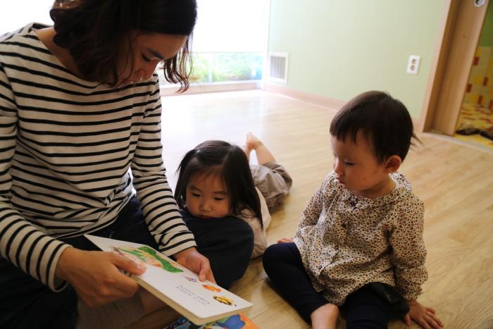 송파어린이도서관. 엄마와 함께 편안한 자세로 책을 보는 아이들