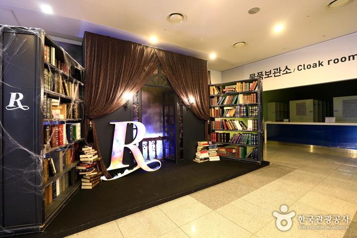 공연장 객석 1층 포토존과 물품보관소