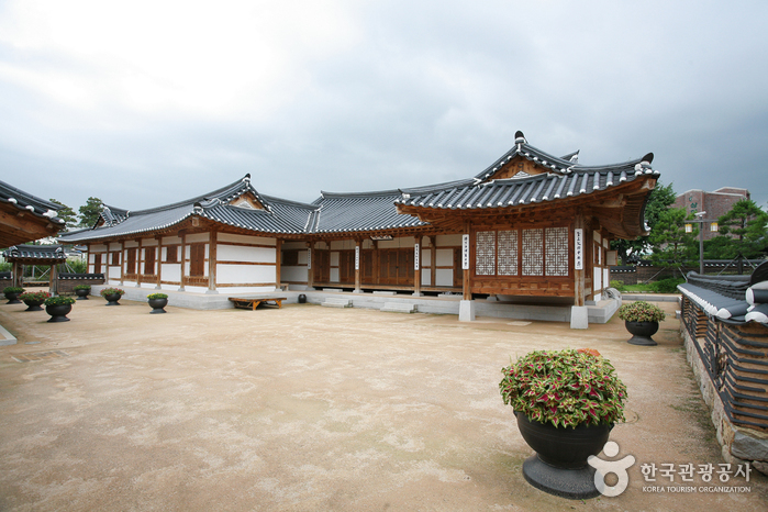 Gimhae Hanok Experience Hall (김해한옥체험관)