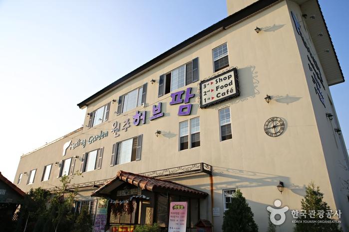 매표소 밖 3층 건물에 카페와 식당, 허브숍이 있다.