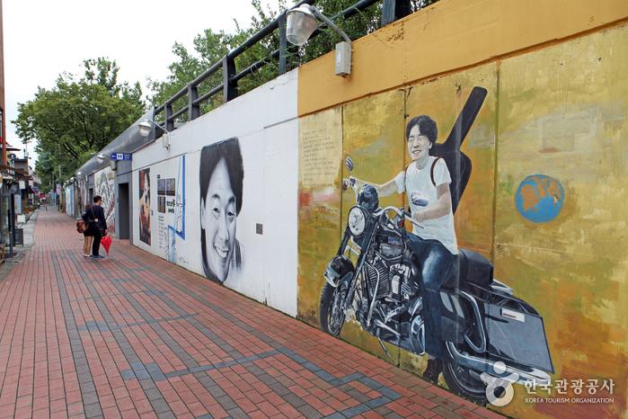 기타를 메고 오토바이를 타고 있는 김광석 벽화