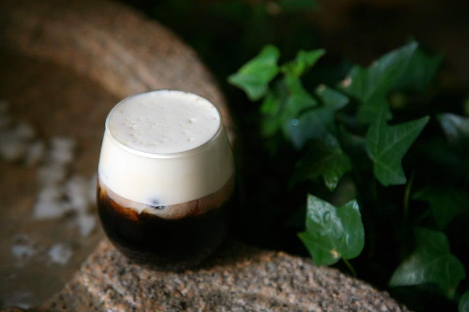 해운대온천센터 1층에 있는 '블랙업커피'의 소금 커피 '해,수염'