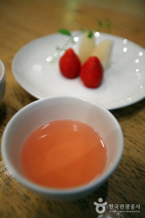 아하라의 오미자차와 과일