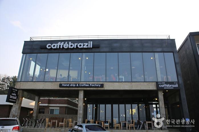 모던한 2층 건물의 '카페 브라질'