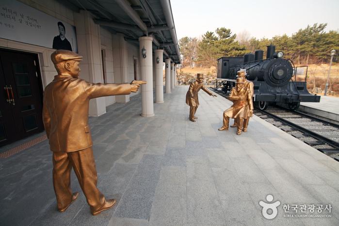 안중근 의사의 하얼빈 의거 장면을 동상으로 표현했다.