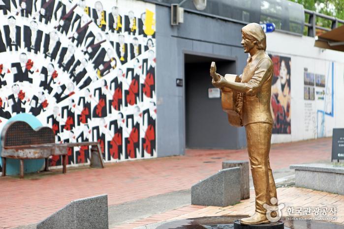 기타를 들고 서있는 김광석 동상