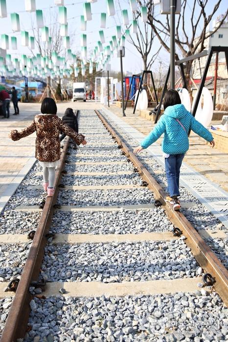 철로위를 걷는 아이 두명