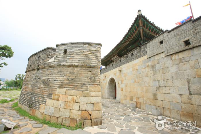 Ворота Чханнёнмун в крепости Хвасон в Сувоне13