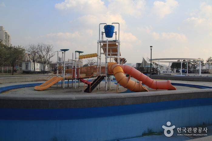 Outdoor Swimming Pools in Ttukseom Hangang Park (한강시민공원 뚝섬수영장(실외))