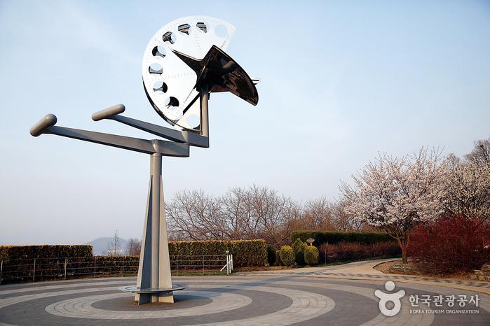 일본 조형미술가 신구 스스무의 작품 '태양의 인사'