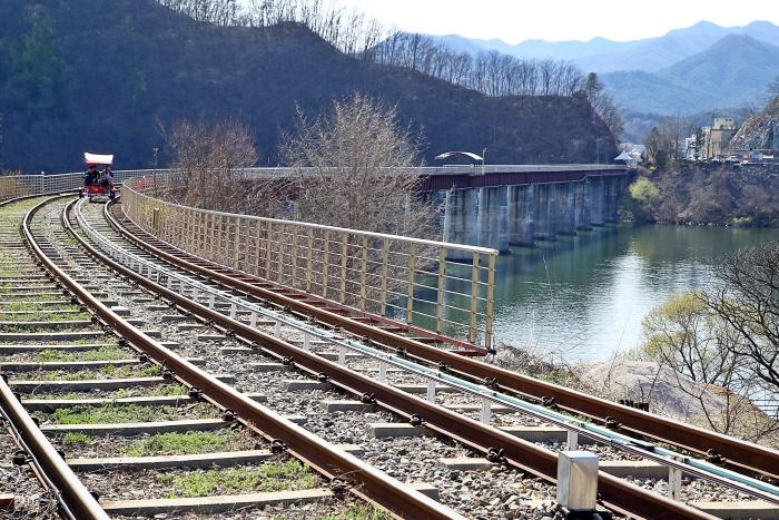 레일바이크로 북한강 위를 지나는 철교 구간이 아름답다.
