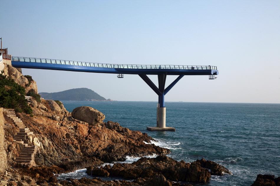 아찔한 바다 풍경을 선사하는 청사포다릿돌전망대