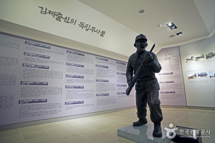 홍보관 2층 독립군 동상