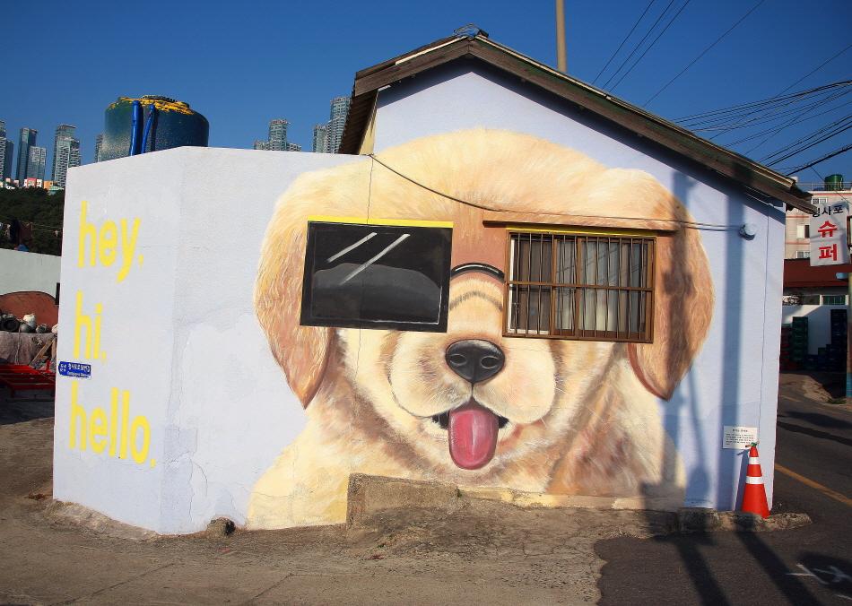 청사포 벽화거리에서 만난 강아지 벽화. 두 개 창이 선글라스가 되었다.