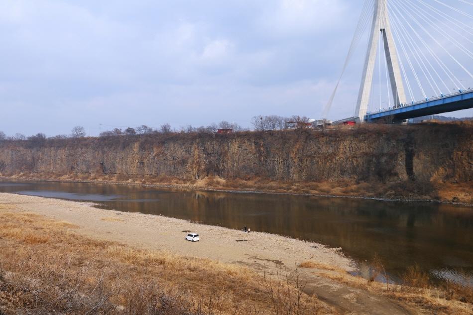 높이 25m, 길이 2km에 이르는 임진강 주상절리의 장대한 풍경