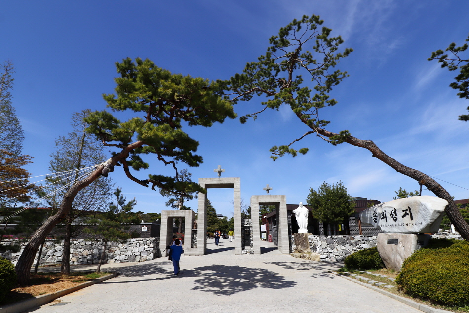 한국 최초의 사제 김대건 신부의 탄생지인 솔뫼성지