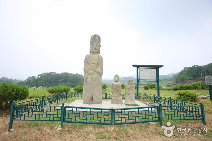 증평 남하리 석조보살입상