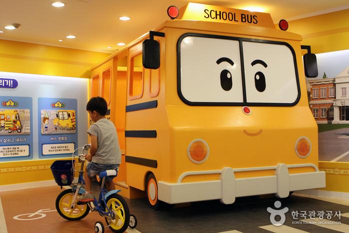 교통안전교육관에서 자전거 주행 연습 중인 어린이