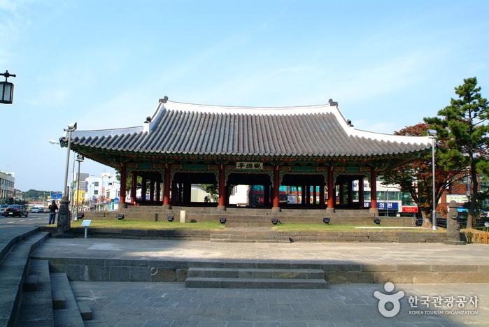 Jeju Gwandeokjeong Pavilion (관덕정(제주))