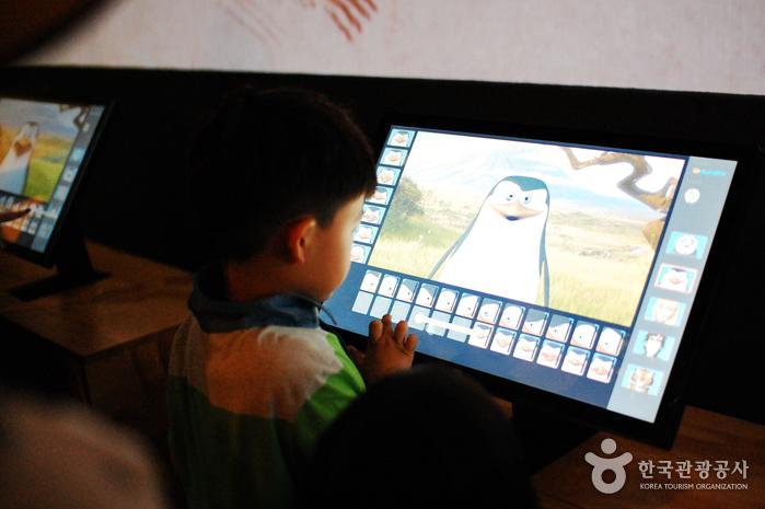 캐릭터들의 표정을 바꿔볼 수 있는 코너 Face Poser에서 어린이들이 즐겁게 체험하고 있다