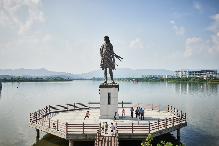 Statue of Soyanggang Maid (소양강 처녀상)