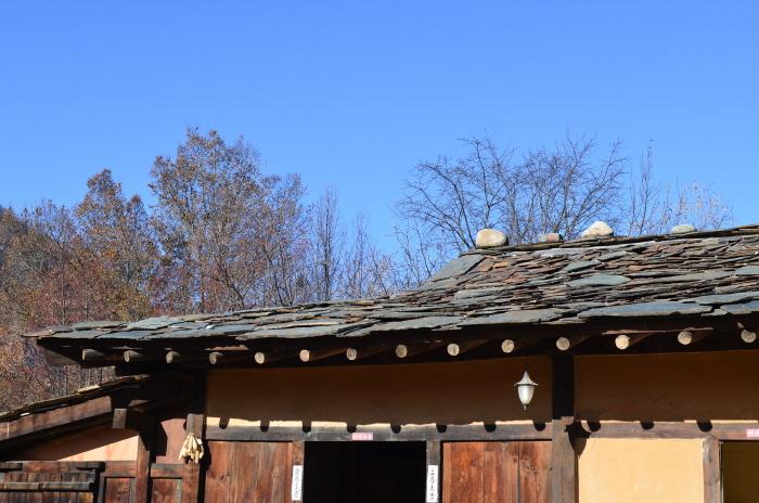돌집의 지붕