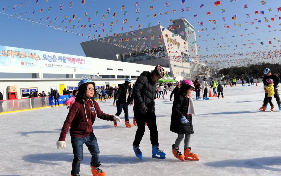 광주시청 야외스케이트장은 스케이트와 헬멧 대여료를 포함한 1시간 이용료가 1000원이다. _사진 제공 광주시청