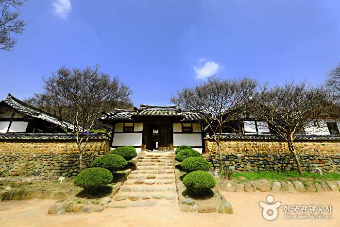 Pyochungjae Korean Culture Experience Hall (표충재 전통체험관)