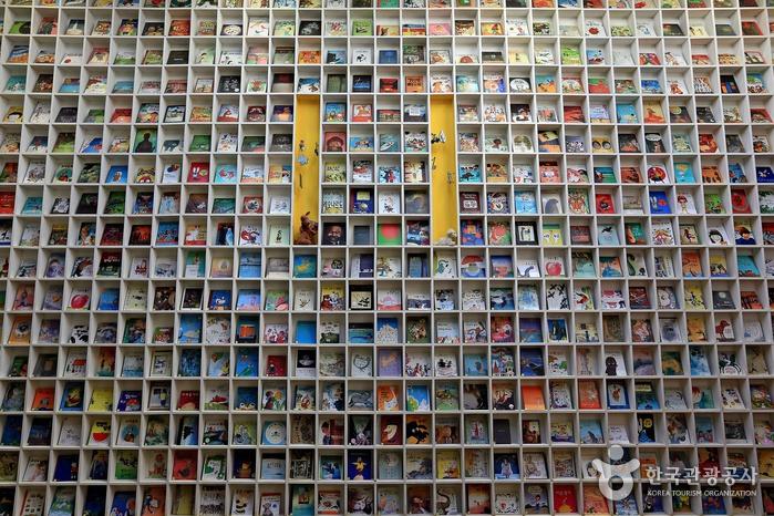그림책으로 가득한 도서관 벽면