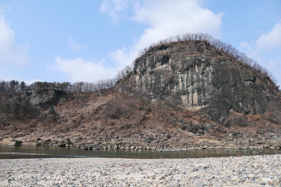궁평리 마을의 수호신 역할을 하는 좌상바위