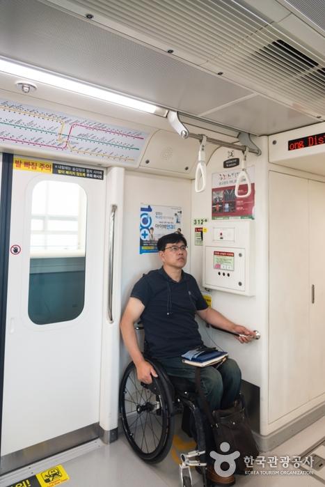 대구지하철 3호선 내부 장애인석