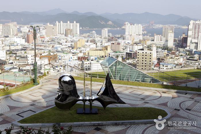 도시, 섬, 항구가 어우러진 바다의 야경