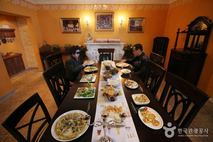 홍보관 내 치즈요리 조형물이 놓인 식탁