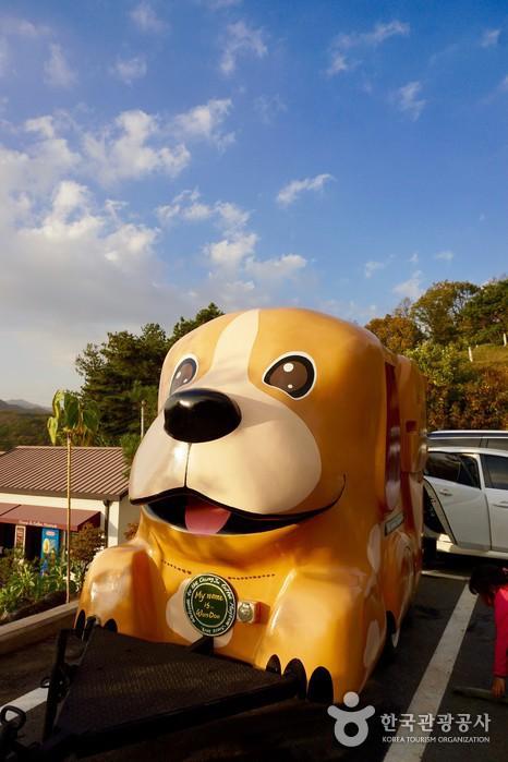 강아지 모양의 이동식 커피 차량.