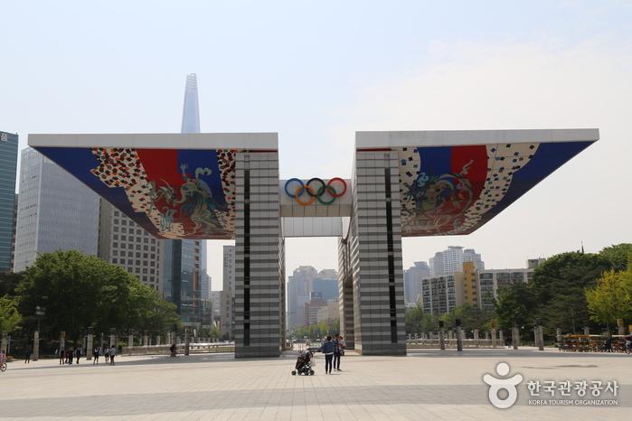 서문 1의 세계평화의 문. 서울올림픽 정신을 기리는 건축가 김중업의 작품