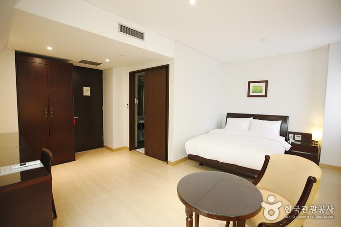 Doulos Hotel (둘로스 호텔)
