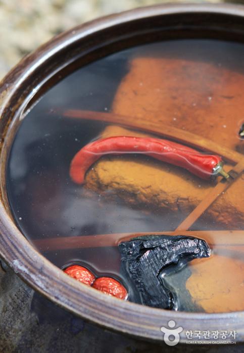 질항아리에 담아 만드는 죽장연 전통장