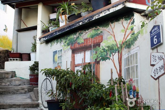 カゴパ コブランキル壁画村(가고파 꼬부랑길 벽화마을)