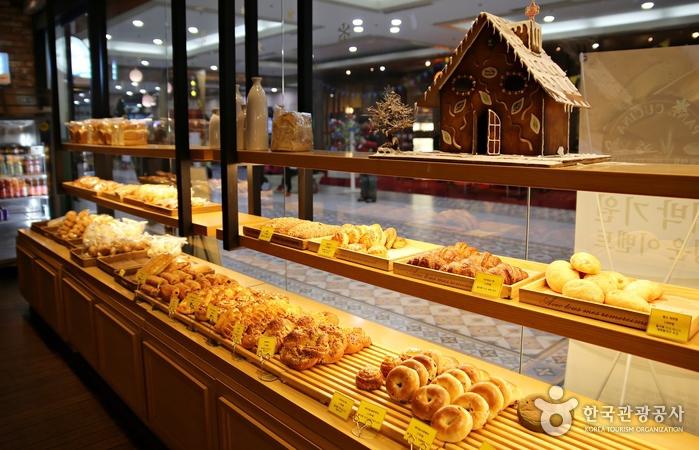 빠네쿠치나의 내부(빵이 먹음직스럽게 진열 되어 있다.)
