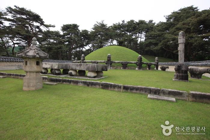 세종대왕과 소헌왕후를 합장한 무덤인 세종대왕릉은 유네스코 세계문화유산으로 등재되었다