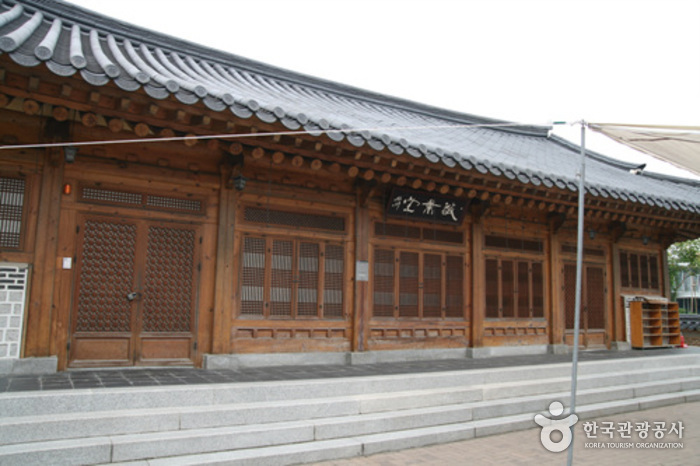 Jeonju Traditional Cultural Center Hanbyeoknu (전주전통문화관 한벽루)