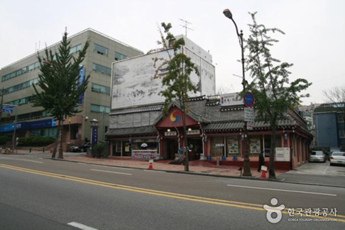 Cheongsa Chorong (청사초롱)